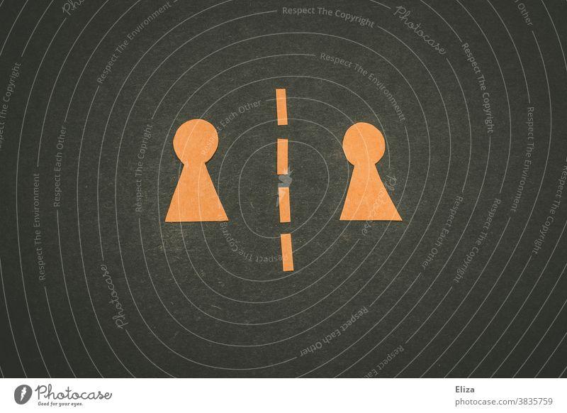 Zwei Figuren getrennt durch eine gestrichelte Linie. Abstand halten, Trennung, verschiedene Seiten. Social Distancing zwei Seiten unterschiedliche Seiten