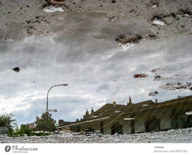 Güterbahnhofshalle in einer Pfütze Reflexion & Spiegelung Gebäude Perspektive Spiegelbild Himmel nass Wasser Überschwemmung grau Wolken Lagerhalle