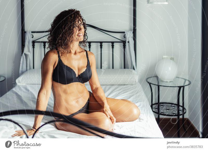 Frau mittleren Alters In Dessous auf dem Bett posierend 40s weiß Unterwäsche Sinnlichkeit Person Dame im Innenbereich Weiblichkeit Kaukasier BH Körper Schönheit