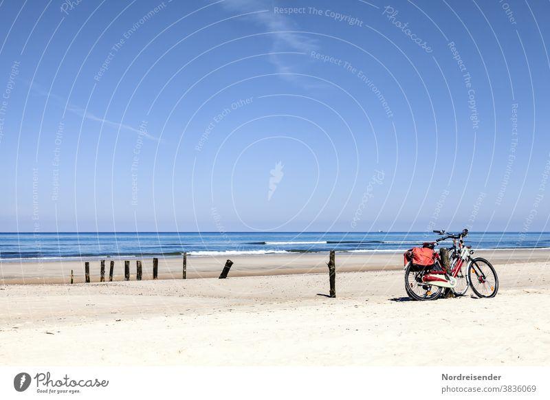 Zwei Fahrräder am Strand der Ostsee ostsee fahrrad aktivurlaub strand aktivität meer düne dünengras wasser wellen sonne nordsee sonnenschein rad fahren