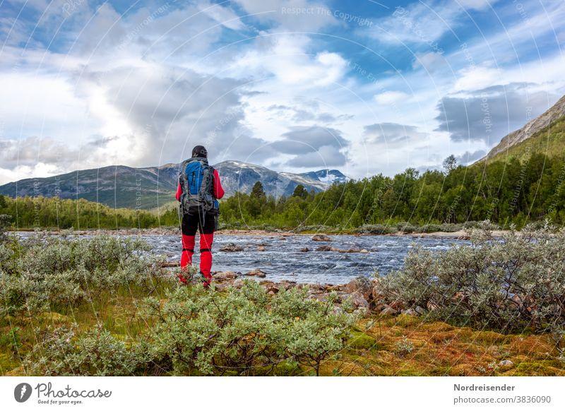 Rucksacktourismus in der Wildnis von Skandinavien frau wandern trekking rucksack abenteuer reise wasser unterwegs wildnis camping fluss pause auszeit wald berge