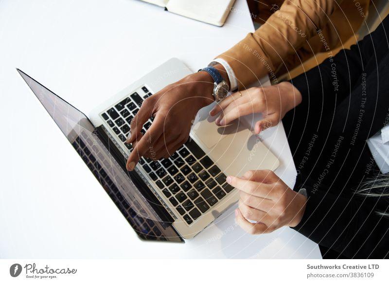 Nahaufnahme eines Geschäftsmannes und einer Geschäftsfrau beim Hot-Desk-Meeting und beim Arbeiten am Laptop im modernen Büro Business Sitzung Hot Desk