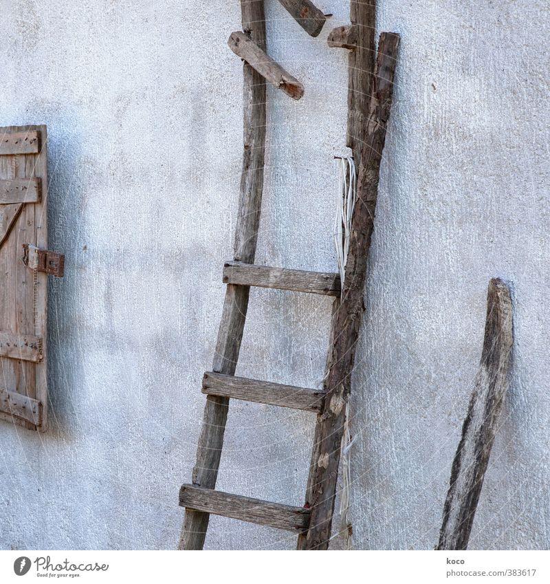 Trockene Wohngegend (für Lukow.) alt schwarz Fenster Wand Senior Mauer grau Holz Linie braun Fassade Treppe authentisch kaputt einfach Vergänglichkeit
