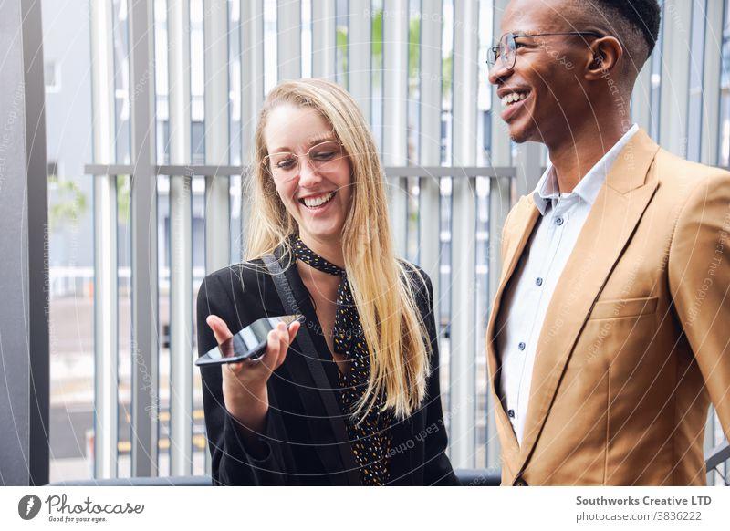 Geschäftspaar mit Mobiltelefon außerhalb des Bürogebäudes Business Geschäftsmann Geschäftsfrau Flughafen Gebäude Pendler Pendeln Mobile Handy Zelle Telefonanruf