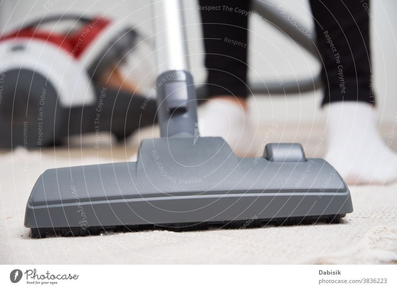 Frau benutzt Staubsauger auf dem Boden Vakuum Raumpfleger Reinigen heimwärts Vorleger heimisch Stock Arbeit Hausarbeit Haushalt Staubwischen Gerät Sauberkeit