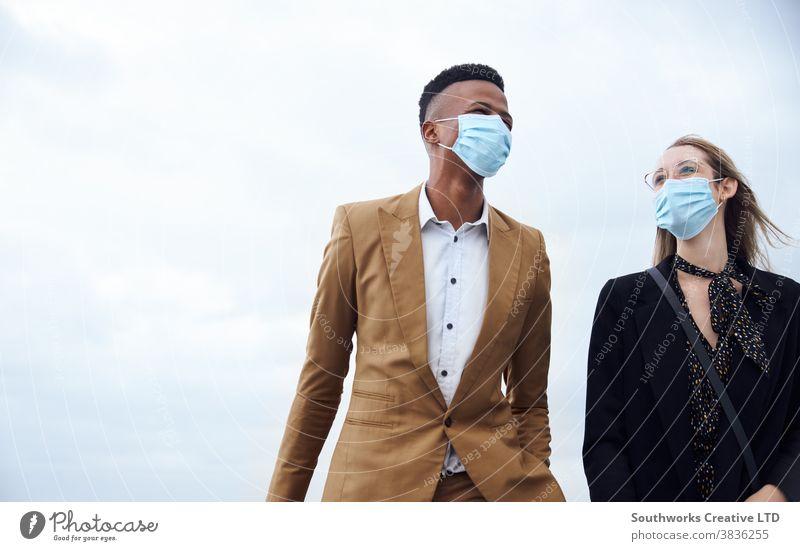 Geschäftspaar trägt Masken außerhalb des Flughafens auf Geschäftsreise mit Gepäck während einer Gesundheitspandemie Business Geschäftsmann Geschäftsfrau