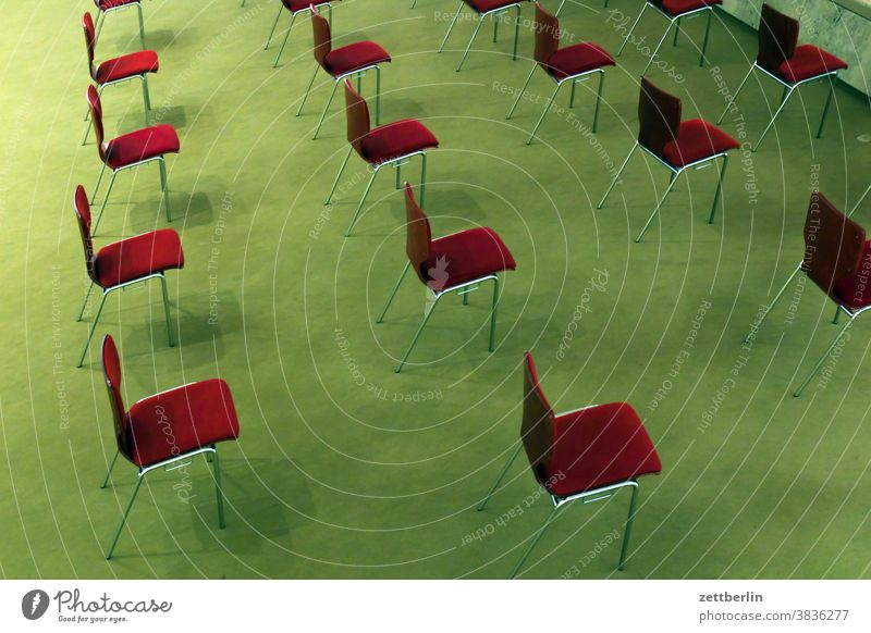 Abstand hilft bei Corona stuhl möbel stapelstuhl stuhlkreis reihe stuhlreihe sitz polster abstand corona pandemie sicherheitsabstand ansteckungsgefahr saal raum