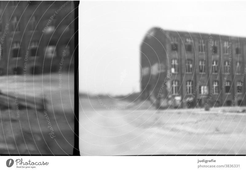 Industrieruine, analog fotografiert. Gebäude Architektur Ruine Abrissgebäude abrissreif Verfall Vergänglichkeit Menschenleer Wandel & Veränderung Haus