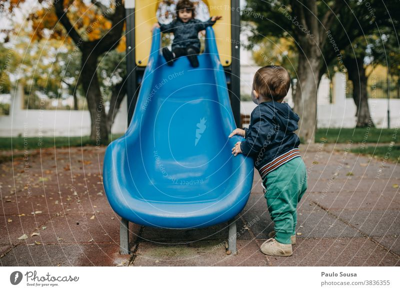 Bruder und Schwester spielen auf dem Spielplatz Geschwister Kaukasier Zusammensein Kleinkind Zusammengehörigkeitsgefühl Liebe Freundschaft