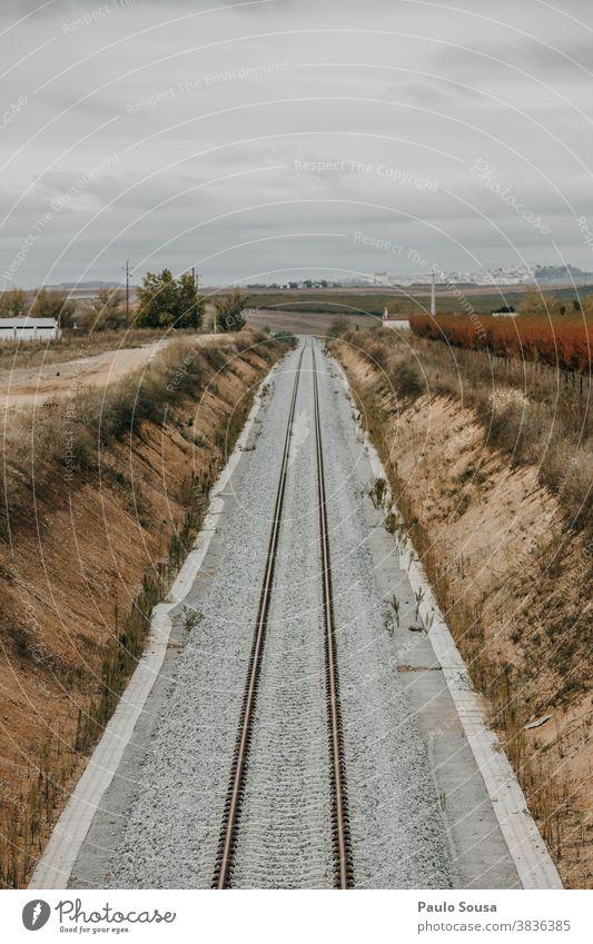 Eisenbahnstrecke Zug Bahnfahren Verkehr Bahnhof Portugal Verkehrsmittel Farbfoto Geschwindigkeit Bahnanlage Schienenverkehr Außenaufnahme Podest
