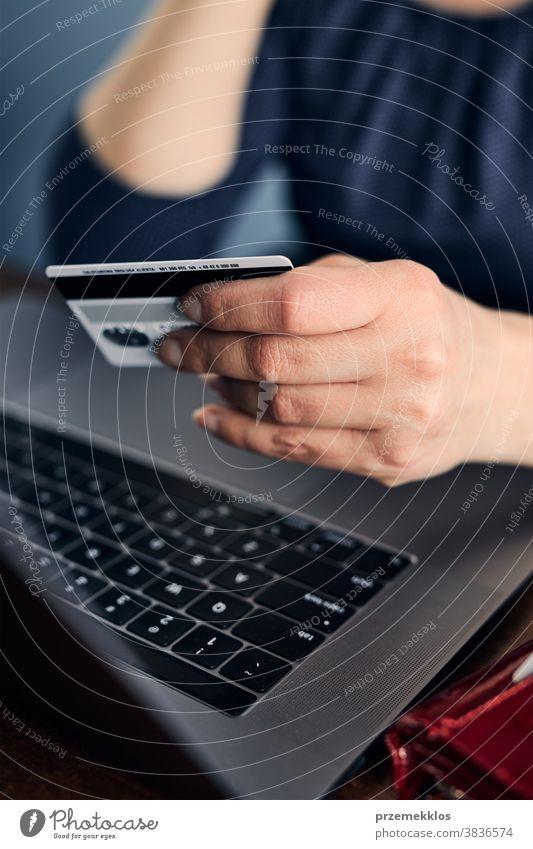 Frau beim Online-Shopping mit Debitkarte und Laptop kaufen online Postkarte Kredit Belastung Technik & Technologie Internet Werkstatt Lifestyle digital Drahtlos
