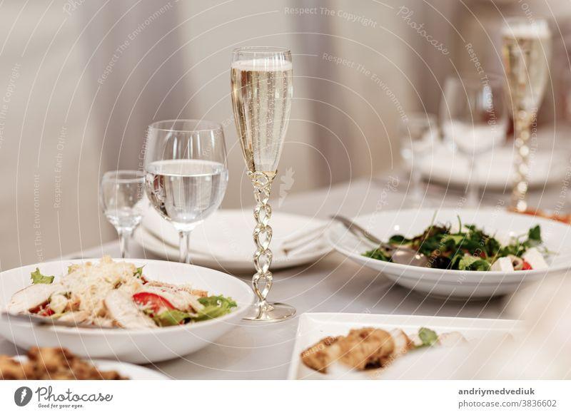 Serviert am Tisch eine Vielzahl von köstlichen festlichen Speisen und Weinen, die für eine Veranstaltungsparty oder Hochzeit zubereitet werden. ausgewählter Schwerpunkt.
