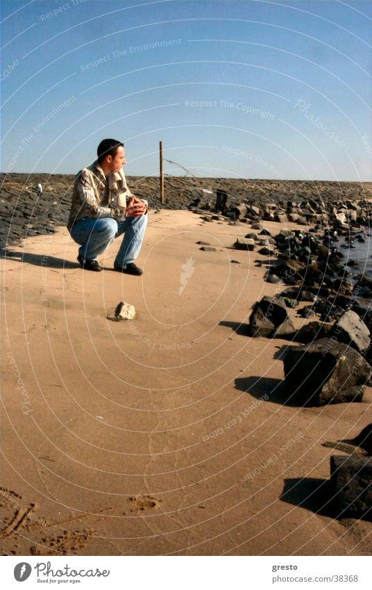 Stone Beach Strand Gedanke Sehnsucht Hoffnung Mann Model ruhig Einsamkeit Freundschaft Sonne Fluss man friend