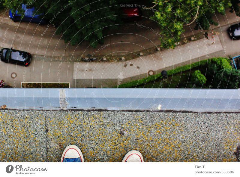 Mut zum Sprung Mensch Sommer Haus Leben Gefühle Traurigkeit Fuß Dach Sicherheit Verzweiflung Sorge Am Rand Turnschuh Schuhe Suizidalität