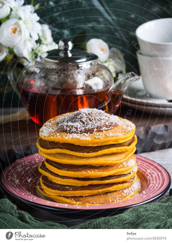 Kürbispfannkuchenstapel mit Schokolade serviert Lebensmittel Frühstück Pfannkuchen Teller Stapel Dessert Liebling Brunch süß geschmackvoll Amerikaner