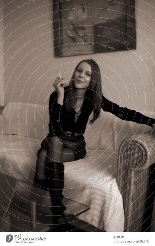 Relax Erholung Wohnung Frau Model schön Lust Verabredung träumen Rauchen genießen schwarzweis woman
