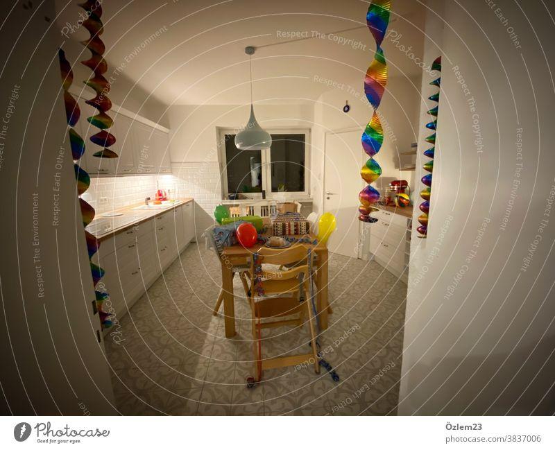 Küche Geburtstagsvorbereitungen Ballons Geschenke Geburtstagsparty Nacht Kindergeburtstag Kuchen Geburtstagstorte Geburtstagsgeschenk