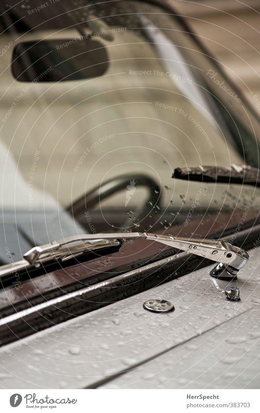 Nach dem Regen schlechtes Wetter Fahrzeug PKW nass grau silber Scheibenwischer Windschutzscheibe Wassertropfen Motorhaube Lenkrad Rückspiegel Farbfoto