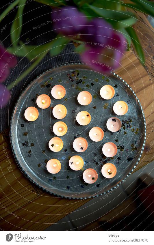 Viele brennende Teelichter auf einem runden Matalltablet , Dekoration Ambiente Kerzen viele Tablet brennnend leuchten Flammen zuhause Vogelperspektive