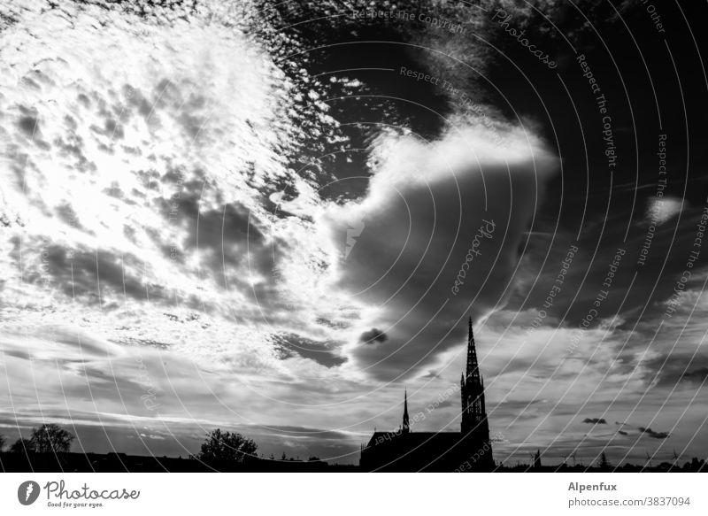 unklare Gemengelage Wolken Wolkenformation Kirche Menschenleer Außenaufnahme Dramatik Weltuntergang Landschaft dramatisch Klima Katholizismus