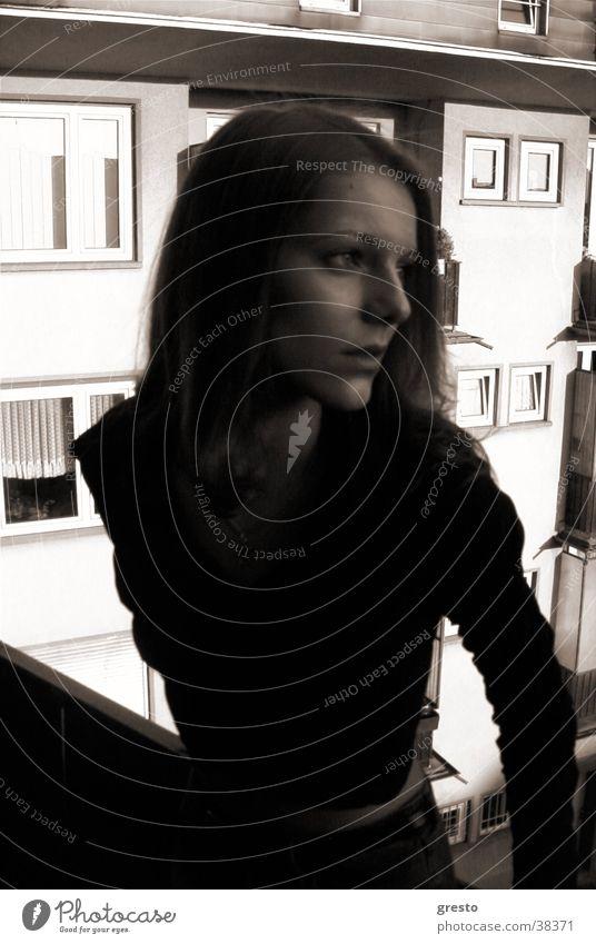 Sehnsucht träumen ruhig Fernweh Stadt Frau Model Balkon schwarzweis woman Angst warten