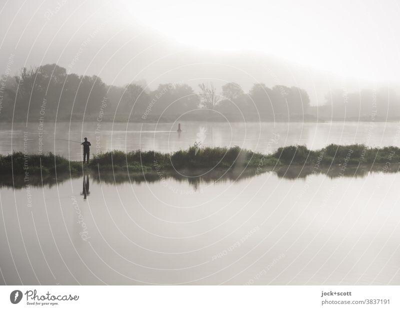 Der frühe Angler fängt den Fisch Angeln Landschaft Himmel Nebel Sommer Flussufer Oder Brandenburg Freiheit Idylle Erholung Inspiration Grenzgebiet schemenhaft