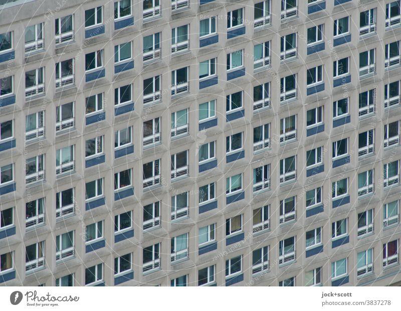 schräge Fassade vom Plattenbau Architektur trist Fenster Symmetrie Strukturen & Formen Gebäude eckig Froschperspektive viele modern einheitlich Ordnung