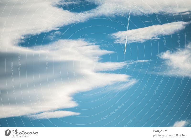 Flugzeug mit Kondensstreifen vor blauem Wolkenhimmel Himmel Luftverkehr Ferien & Urlaub & Reisen fliegen Freiheit Passagierflugzeug Schönes Wetter Fernweh