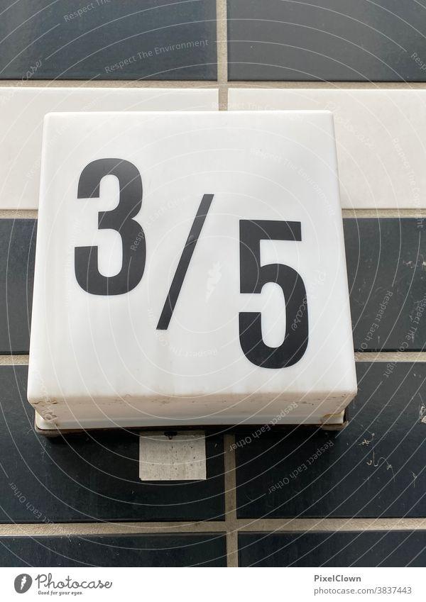 Hausnummernschild und Bruchrechnung Schilder & Markierungen Ziffern & Zahlen Wand Menschenleer Außenaufnahme Fassade Zeichen