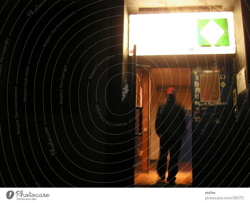 eingang bei nacht Eingang Tür Mann Licht dunkel Club offen Baseballmütze nix los