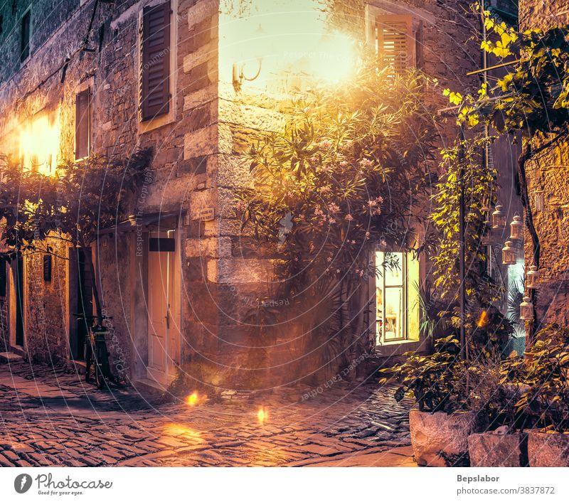 Nachtansicht einer typischen Groznjan-Gasse, die von einer Straßenlaterne beleuchtet wird Republik Venedig Bogen Architektur Großstadt Kroatien Kroatisch Tür