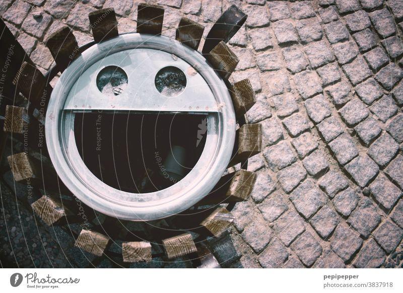 dreckiges Lachen, Papierkorb von oben fotografiert lachen grinsen Gesicht Freude Auge Mund face urbanface Glück Müll Abfall faces Blick eyes Straße