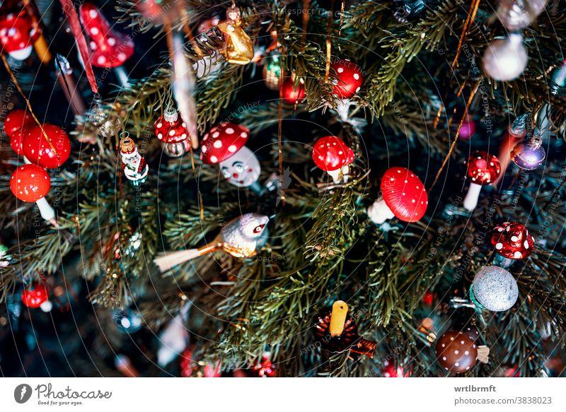 Zweige eines verrückten Weihnachtsbaums mit einer Vielzahl von Christbaumschmuck Weihnachten Ornament Dekoration & Verzierung Glitter Feiertag Baum Dezember