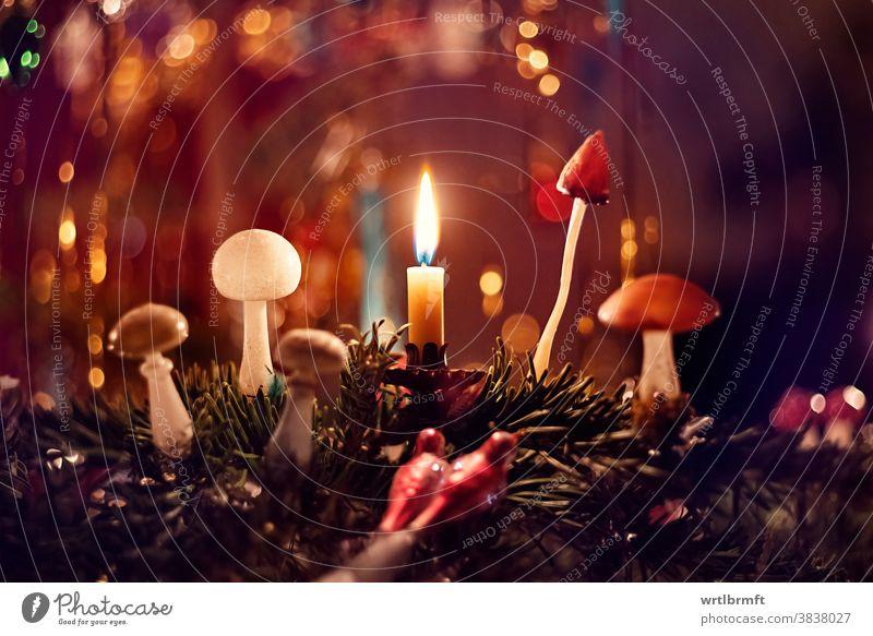 Ein Detail eines klassischen deutschen Weihnachtsbaums mit echten Kerzen und viel Lametta. Beleuchtet von Kerzenlicht. Weihnachten Ornament