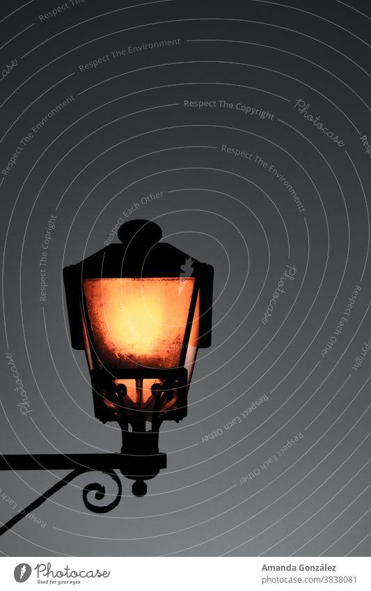 Orangefarbene Dunkelheit orange Lampe dunkel Dämmerung Licht Außenaufnahme atmosphärisch Nacht historisch Altstadt schwarz alt Kontrast