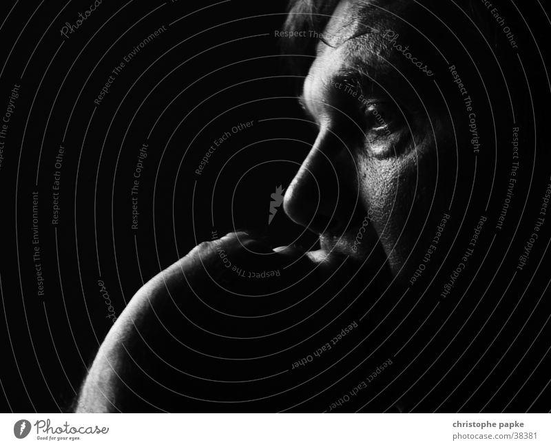 nachdenkliches portrait Mensch Mann Hand Auge Einsamkeit dunkel Gefühle Traurigkeit Denken Angst Erwachsene Trauer Porträt Konzentration Müdigkeit