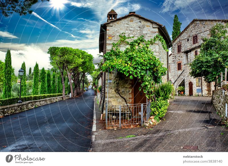 Malerische Dorfhäuser und Straße in der Toskana San Sano Italien Cloud Sommer Himmel Haus heimwärts Wohnung antik alt malerisch idyllisch Europa Tag