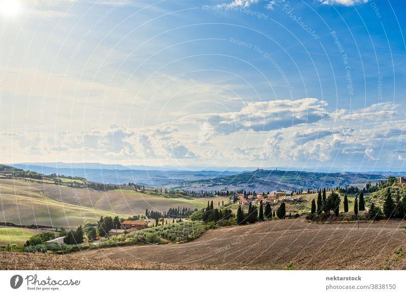 Idyllische ländliche Sommerlandschaft in der Toskana Feld Himmel Landschaft Wolkenlandschaft Italien Ernte Cloud Europa Tag natürliche Beleuchtung Ackerland