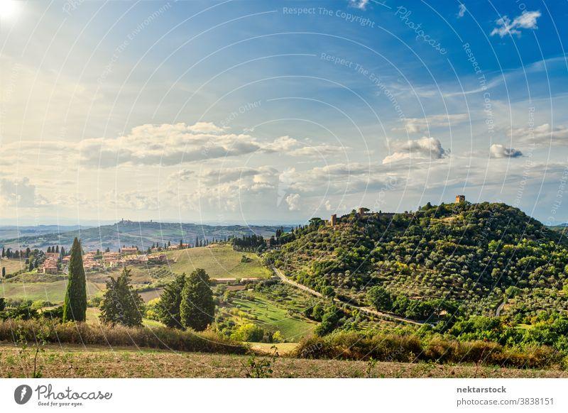 Hügel der Toskana und Sommerlandschaft Feld Himmel Landschaft Wolkenlandschaft Italien Ernte ländlich Cloud Rollender Hügel Europa Tag natürliche Beleuchtung