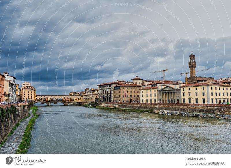 Arno-Fluss mit Architektur in Florenz Italien Skyline bedeckt Cloud Wasser fließen Gebäude urban Großstadt Toskana Europa Tag natürliche Beleuchtung reisen