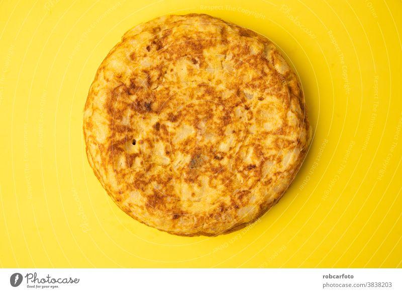 Omelett mit Kartoffeln auf gelbem Grund hölzern Speise traditionell mediterran Mahlzeit Lebensmittel Tortilla Tapa Spanisch Espaniola Amuse-Gueule Abendessen