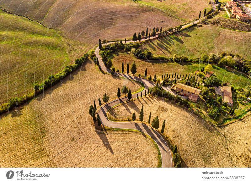 Winding Road und Felder in Pienza Italien Luftaufnahme Straße Toskana Ackerbau ländlich Landschaft Ackerland geschlängelt Bauernhof Haus