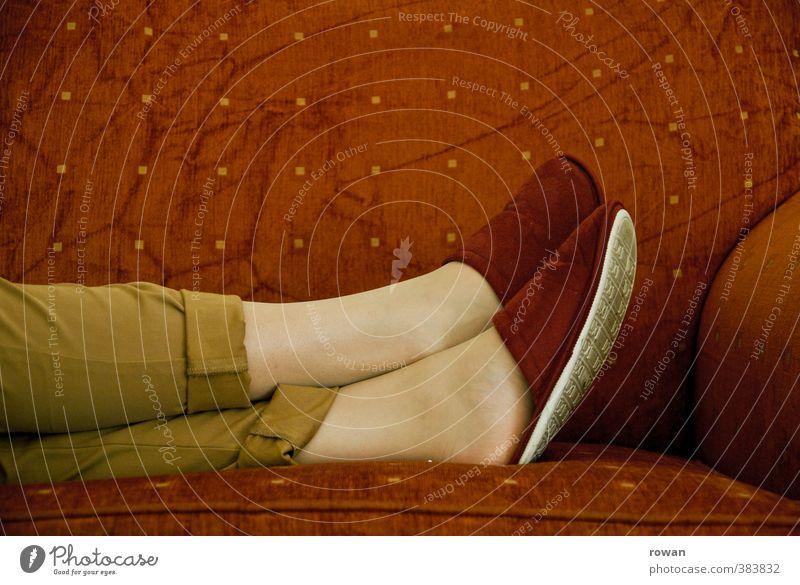 gemuetlich Wohlgefühl Zufriedenheit Erholung ruhig Häusliches Leben Wohnung Möbel Sofa Wohnzimmer feminin Junge Frau Jugendliche Erwachsene Beine liegen weich