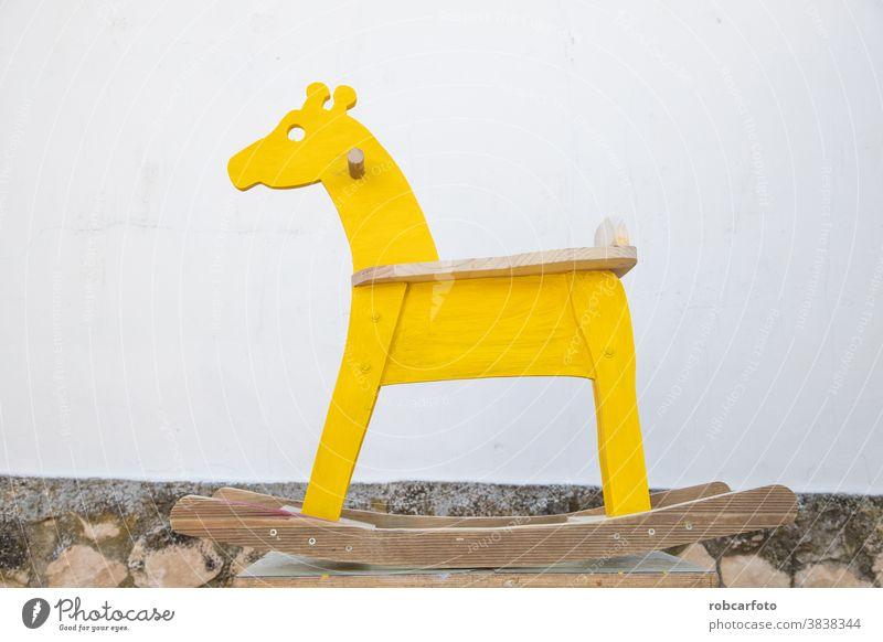 Mann malt hausgemachtes Schaukelpferd in Giraffenform Hobby Schreiner Möbelschreiner polnisch Tischler hölzern altehrwürdig messen Quadrat Tischlerin