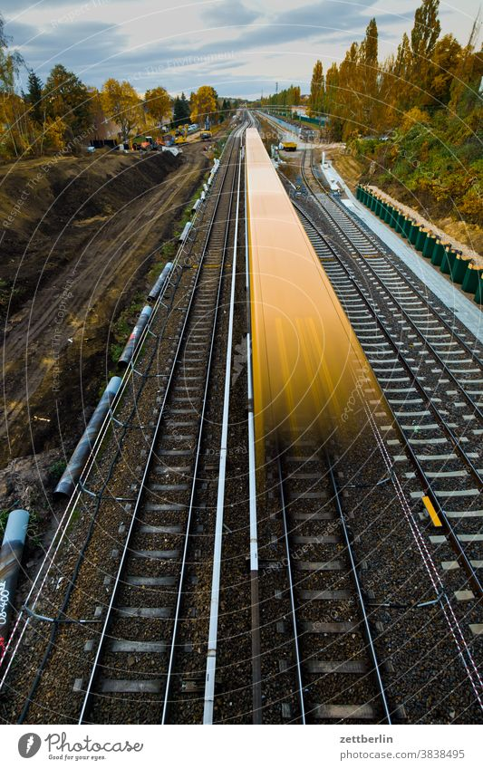 Fahrende S-Bahn auf der Baustelle der Dresdener Bahn, Berlin-Lankwitz bahn baustelle berufesverkehr bewegungsunschärfe deutsche bahn dresdener bahn eisenbahn