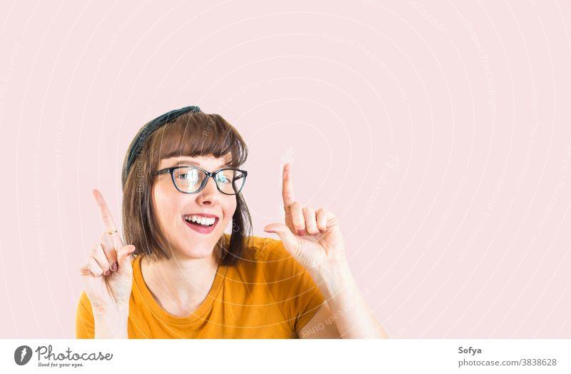 Süßes lächelndes Mädchen mit perfekten weißen Zähnen Glück Gesicht Lächeln Mund dental Brille Teenager kieferorthopädisch Person Behandlung Englisch Zahnmedizin