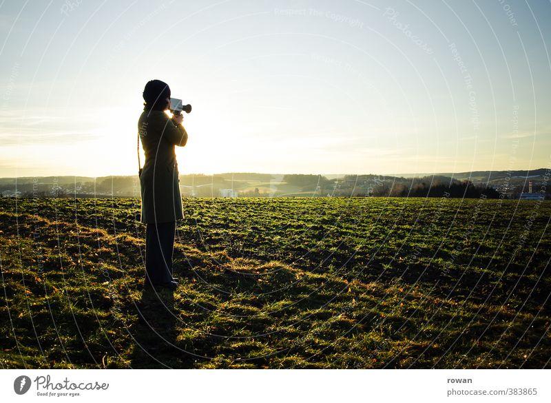 filmen Mensch feminin Junge Frau Jugendliche Erwachsene 1 Wiese Feld Videokamera Kameramann Super 8 Sonnenuntergang Romantik retro altmodisch Aufzeichnen