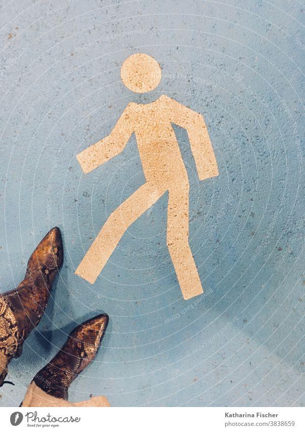 Stiefel, Schlangenmaserung, Strasse, Wegweiser, Fußgänger Vogelperspektive Schuhe Außenaufnahme Tag Farbfoto Bodenbelag stehen Straße braun grau Stein