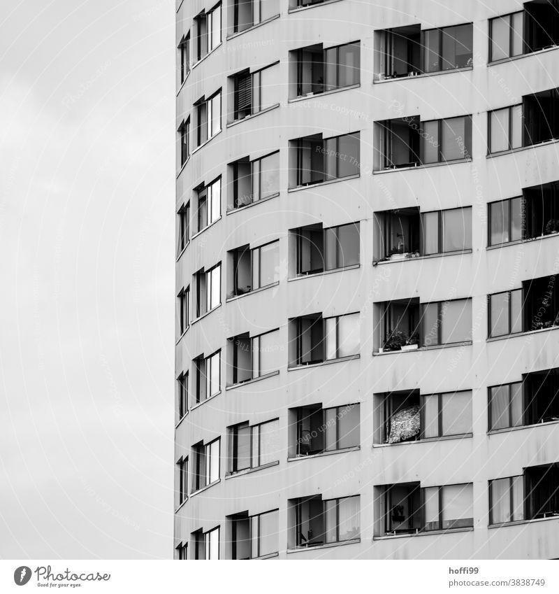 Spiralförmig schlängeln sich Fester und Balkone an der tristen Fassade empor spiralförmig Fenster Fensterfront Tristesse wohnen Wohnblock Hochhaus