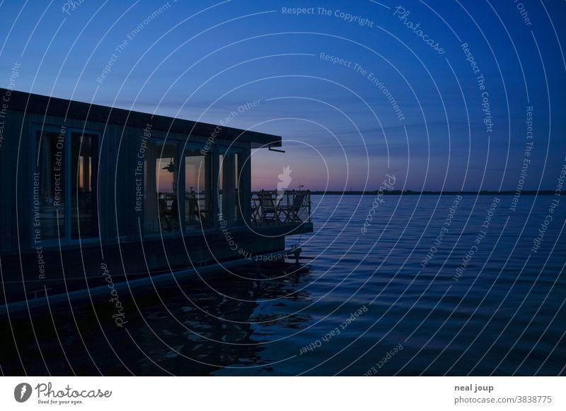 Hausboot in Abenddämmerung auf See Gebäude Architektur Ferien Urlaub Wasser Natur Ferien & Urlaub & Reisen Außenaufnahme exklusiv abgeschieden einsam romantisch